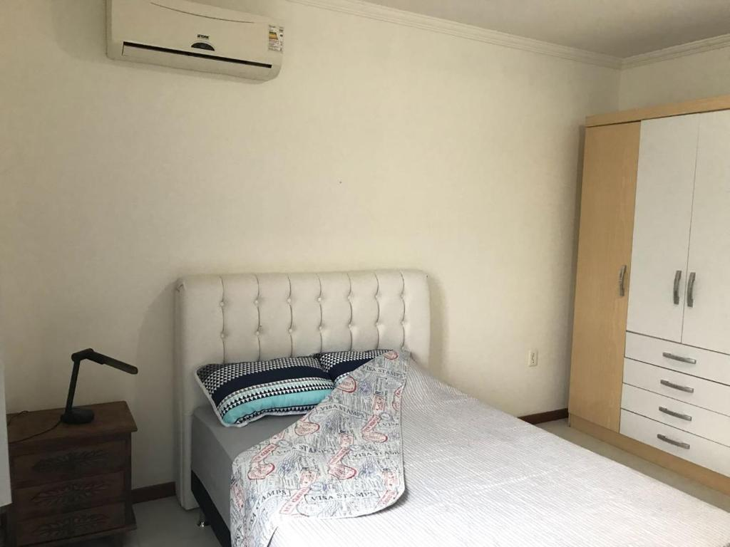 Cama o camas de una habitación en Apto 7 pessoas 500m do mar 015