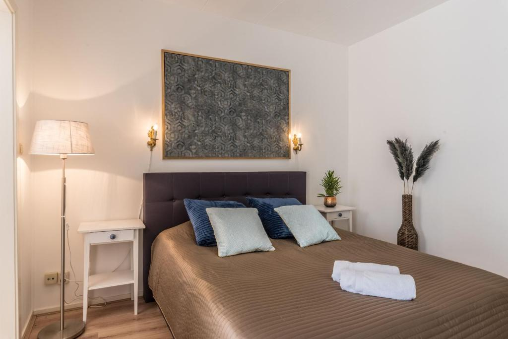 A bed or beds in a room at Luxury Vondelpark Residence