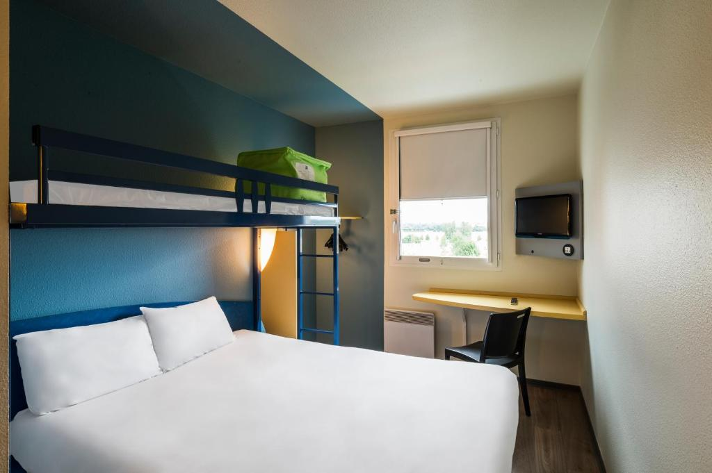 A bunk bed or bunk beds in a room at ibis budget Marne la Vallée Val d'Europe