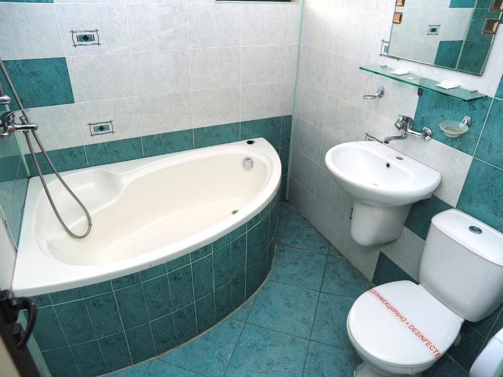 A bathroom at Eos Hotel