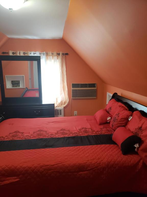 A bed or beds in a room at Comfortable holiday homestay