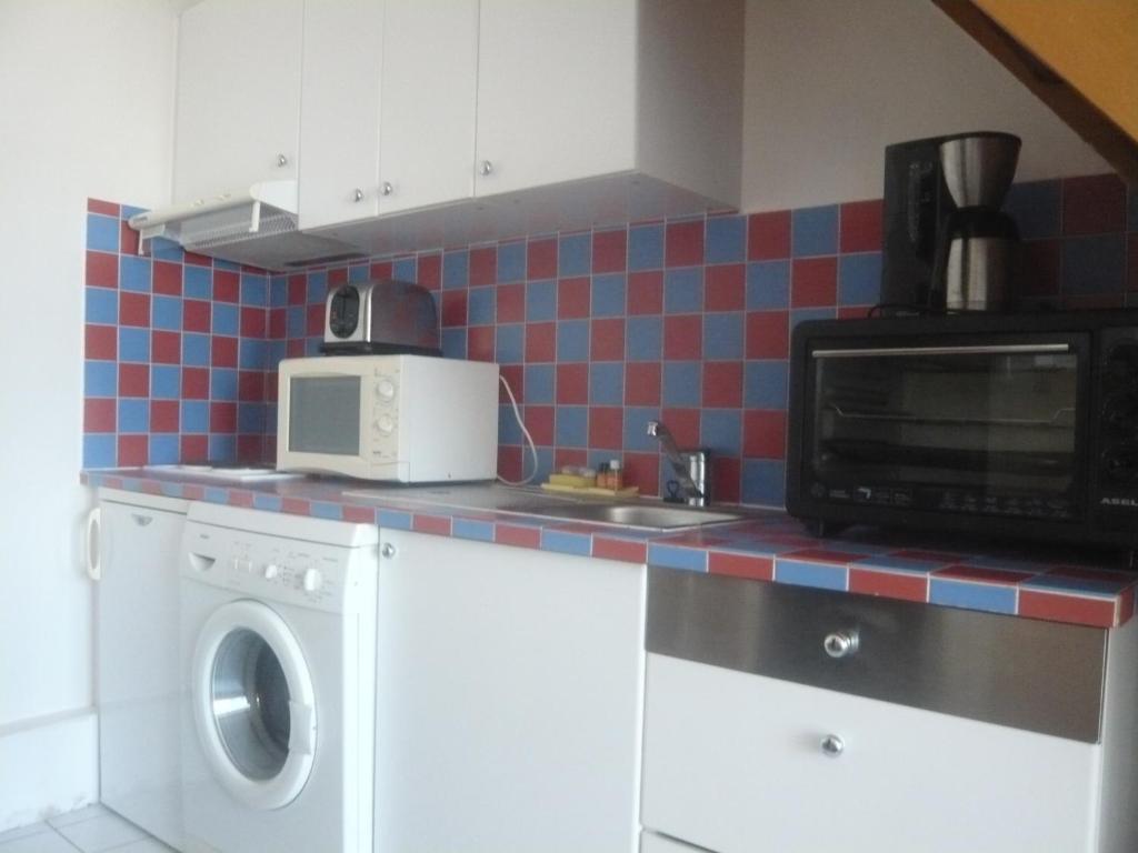 A kitchen or kitchenette at Bridgestreet marais - rue mondetour