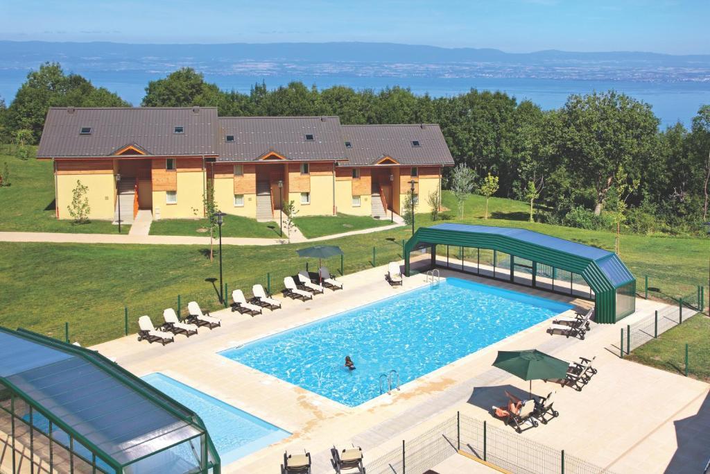 Вид на бассейн в Park & Suites Village Evian-Lugrin или окрестностях