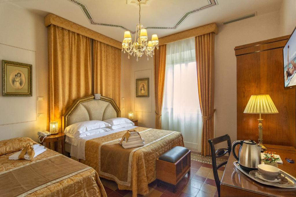 A bed or beds in a room at Lucca in Azzurro Maison de Charme