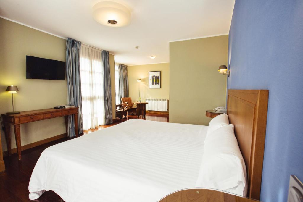 A bed or beds in a room at Hotel El Sella