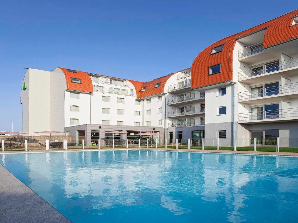 Der Swimmingpool an oder in der Nähe von Holiday Suites Zeebrugge