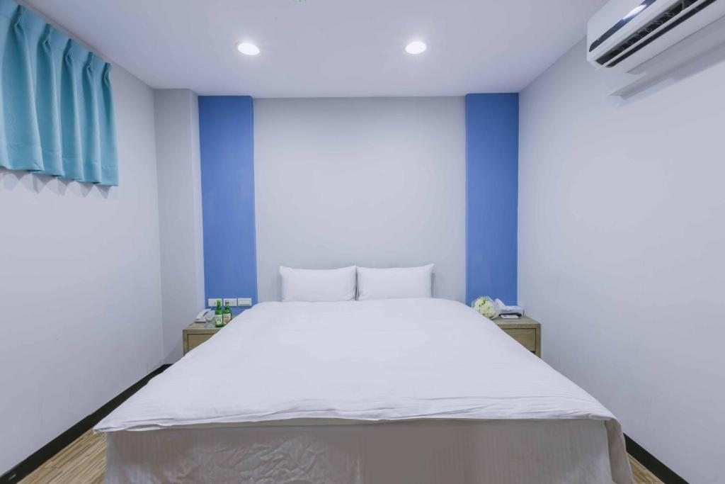 A bed or beds in a room at Mei Ti Fashion Hotel