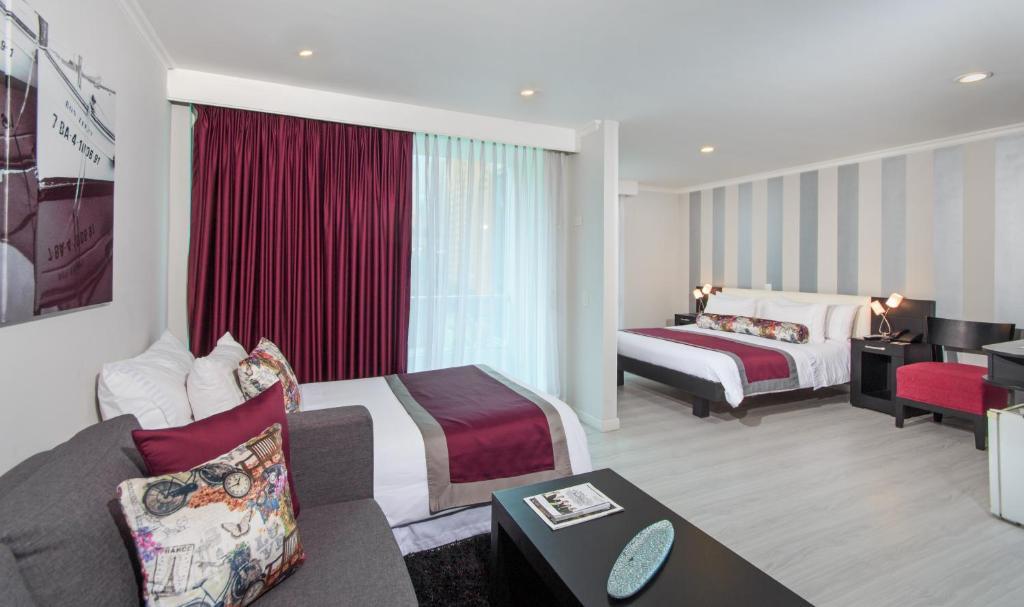 Cama o camas de una habitación en The Morgana Poblado Suites Hotel