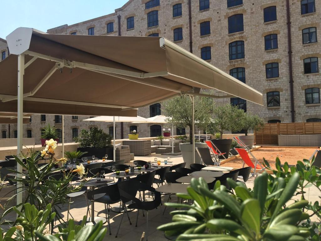 A restaurant or other place to eat at ibis Marseille Centre Euromed