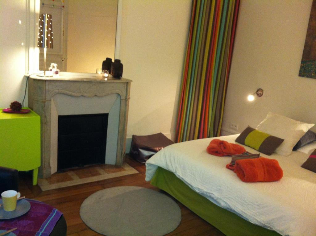 A bed or beds in a room at Studio Bourdonnais