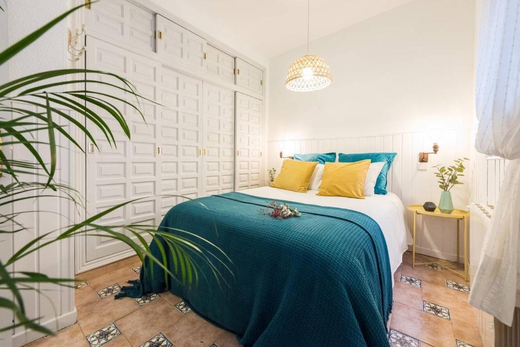 Säng eller sängar i ett rum på CHIC APARTMENT RASTRO - WIFI