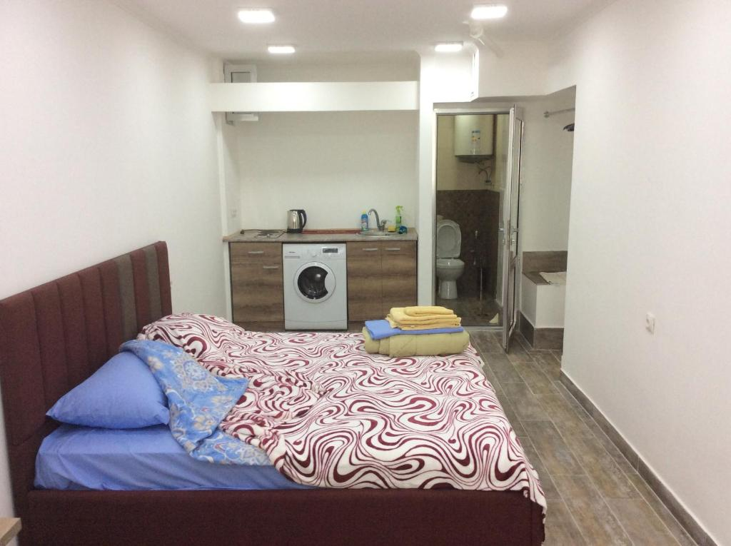 A bed or beds in a room at Apartment on Saryan 24