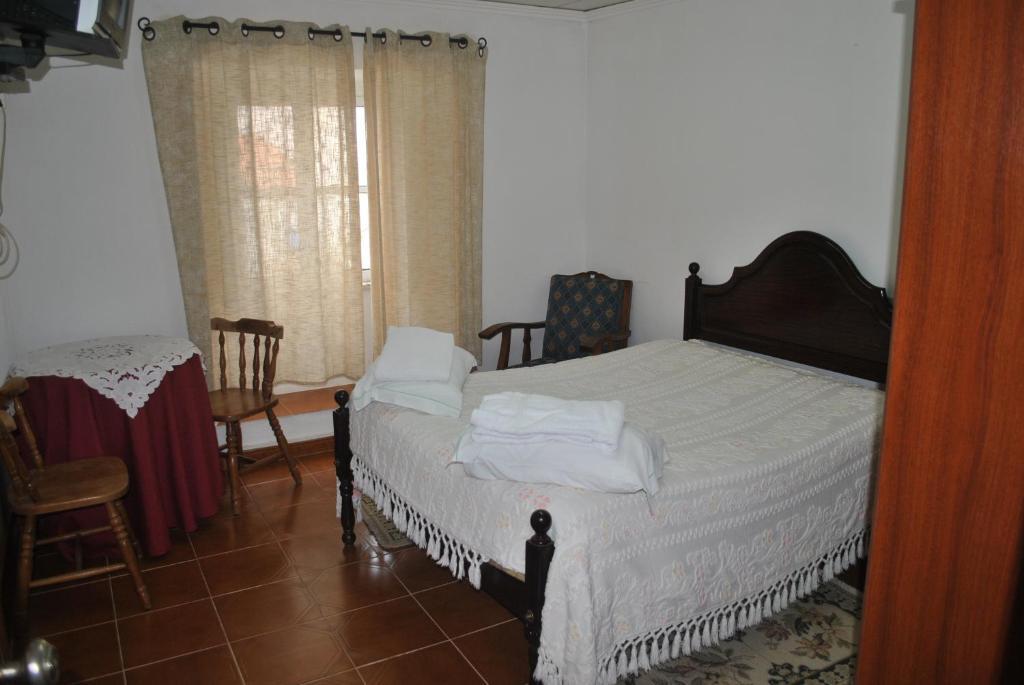 En eller flere senge i et værelse på Casa dos Teles