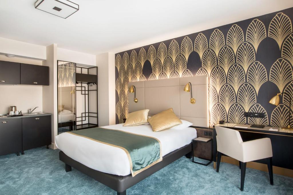 A bed or beds in a room at Best Western Hôtel Journel Saint-Laurent-du-Var