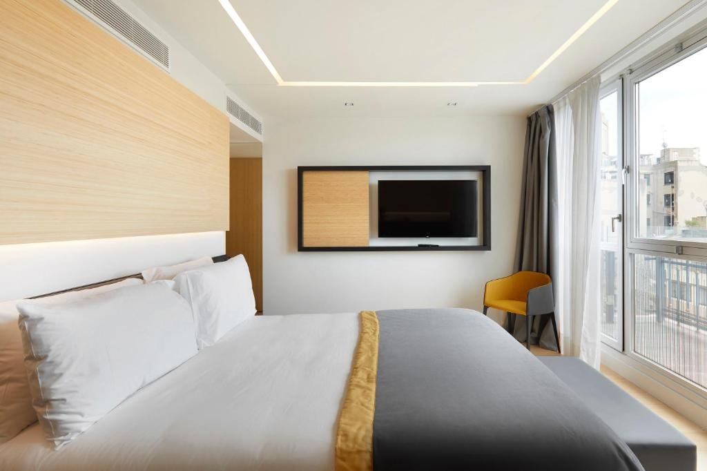 A bed or beds in a room at Exe Plaza Catalunya