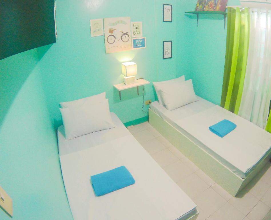 Tempat tidur dalam kamar di NoMadsMNL Backpackers Homestay