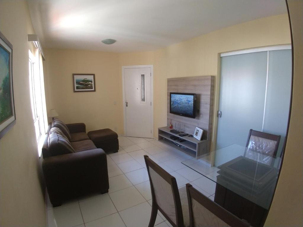 A television and/or entertainment center at Apartamento a 150 mts da praia