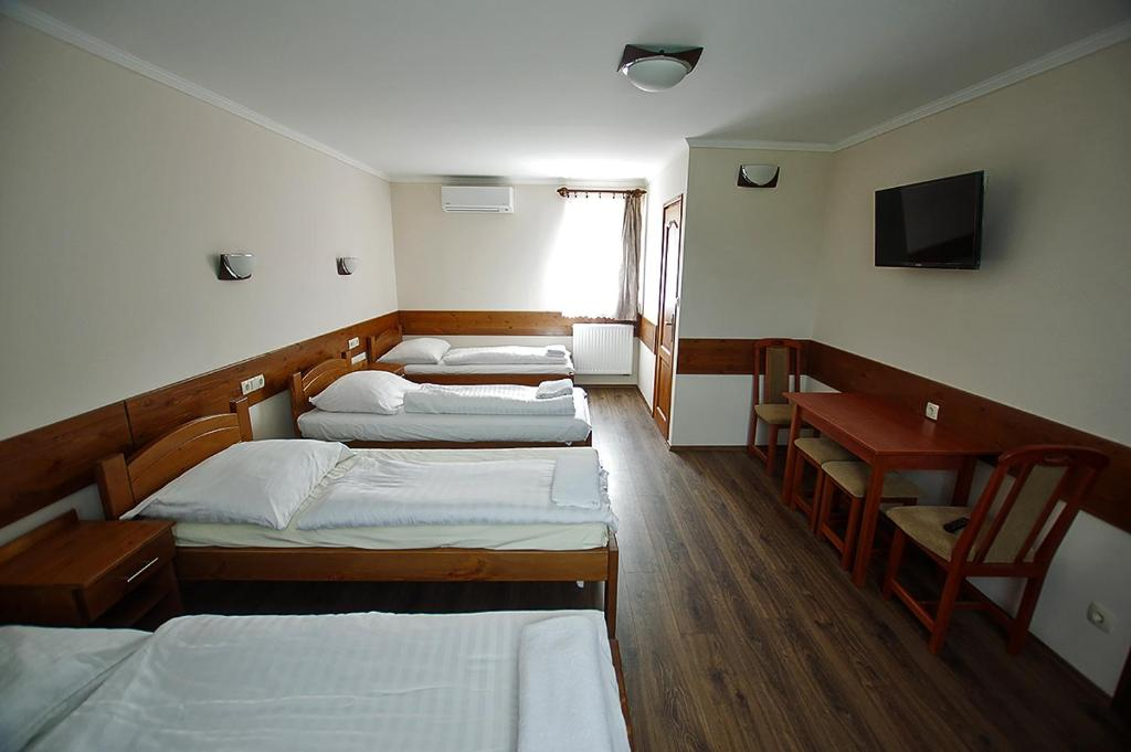 A bed or beds in a room at Kispipa Panzió