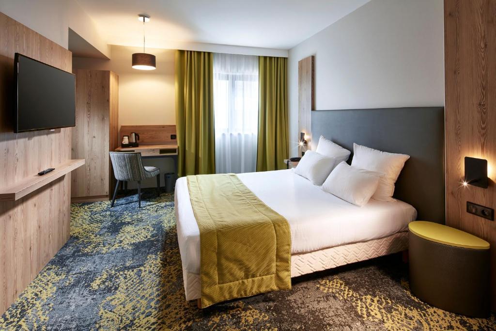 Cama ou camas em um quarto em Hôtel Turenne