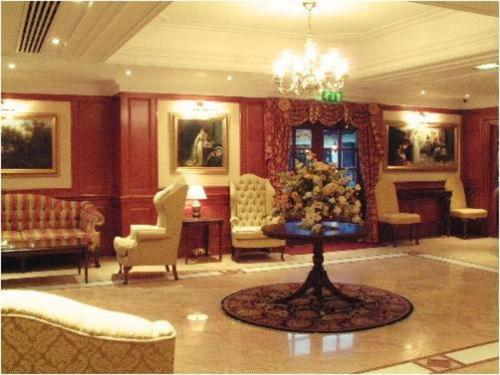 Hall o reception di Barn Hotel London Ruislip