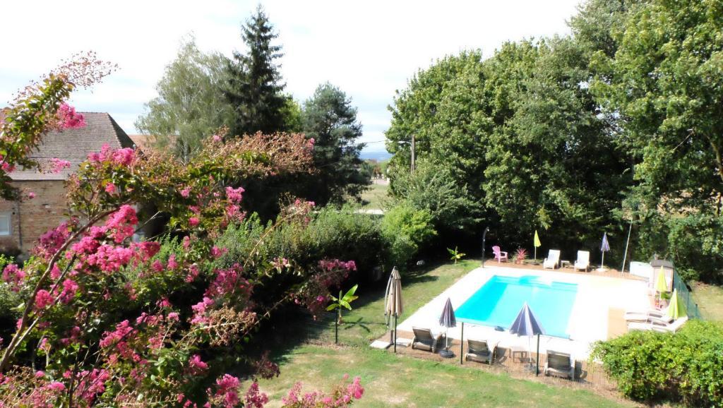 Uitzicht op het zwembad bij La Maison Du Parc of in de buurt