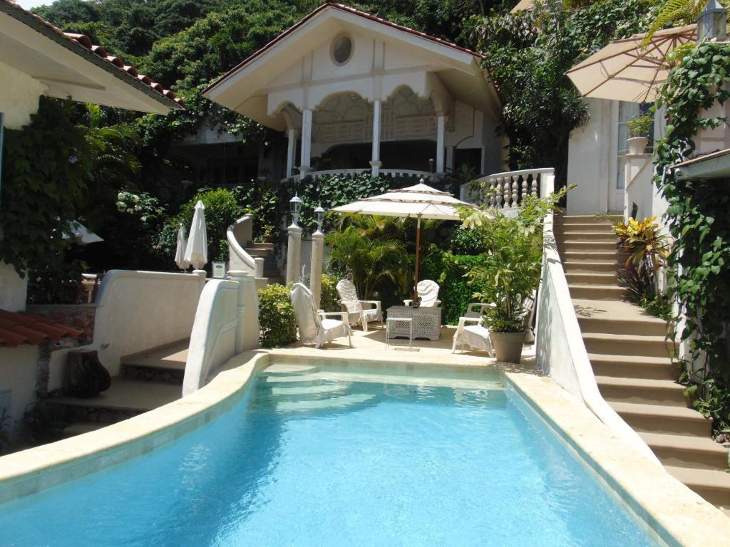 The swimming pool at or near Villa Caprichosa