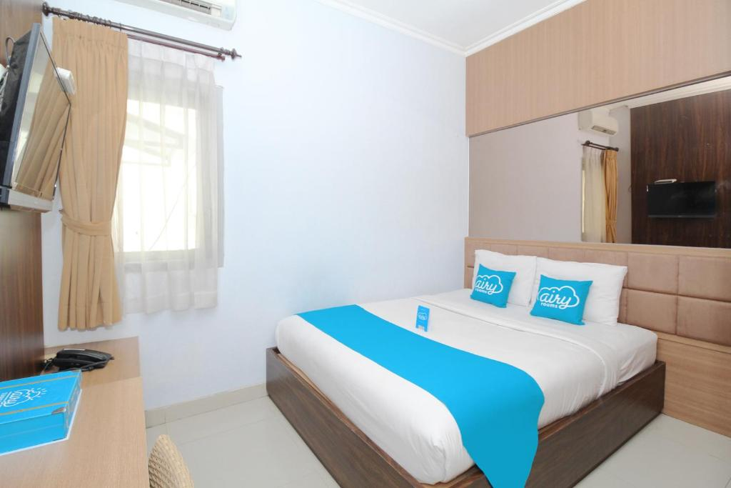 A bed or beds in a room at Airy Terminal Tirtonadi MT Haryono 80 Solo