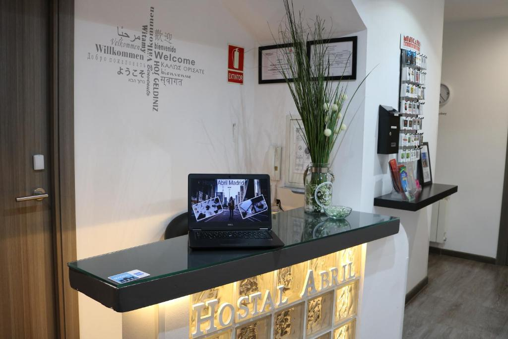Un televizor și/sau centru de divertisment la Hostal Abril Madrid