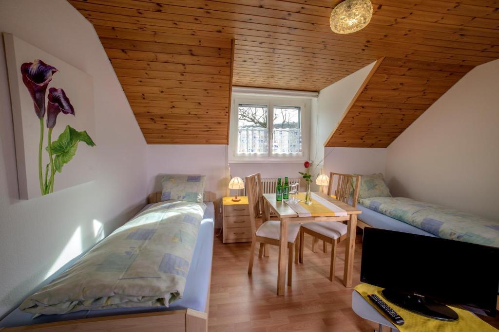 Ein Bett oder Betten in einem Zimmer der Unterkunft Gasthof und Metzgerei zum Ochsen AG