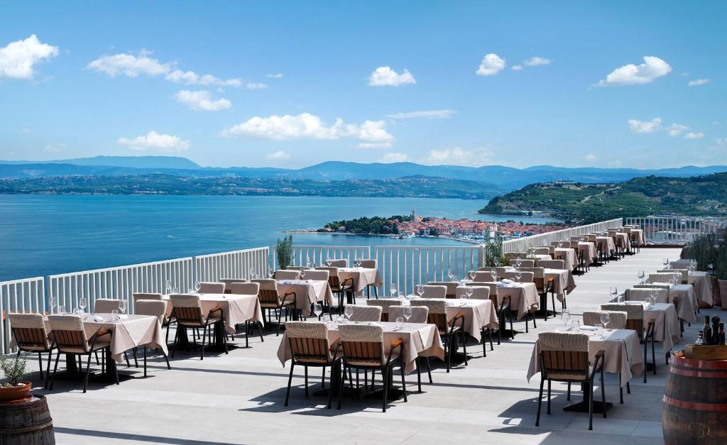 A restaurant or other place to eat at Belvedere Resort Hotels