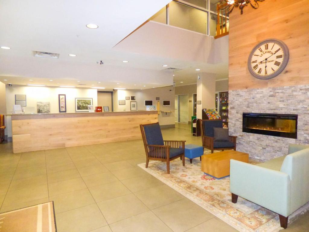 The lobby or reception area at Country Inn & Suites by Radisson Near Universal