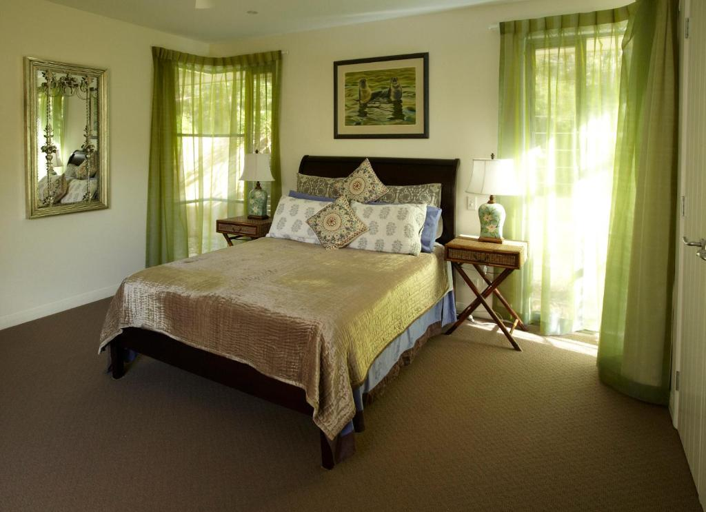 A bed or beds in a room at Alaya Verde Bed & Breakfast