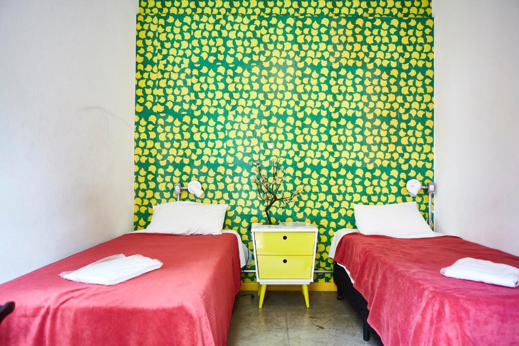 Een bed of bedden in een kamer bij Hostel Alice and Padoca Vegan