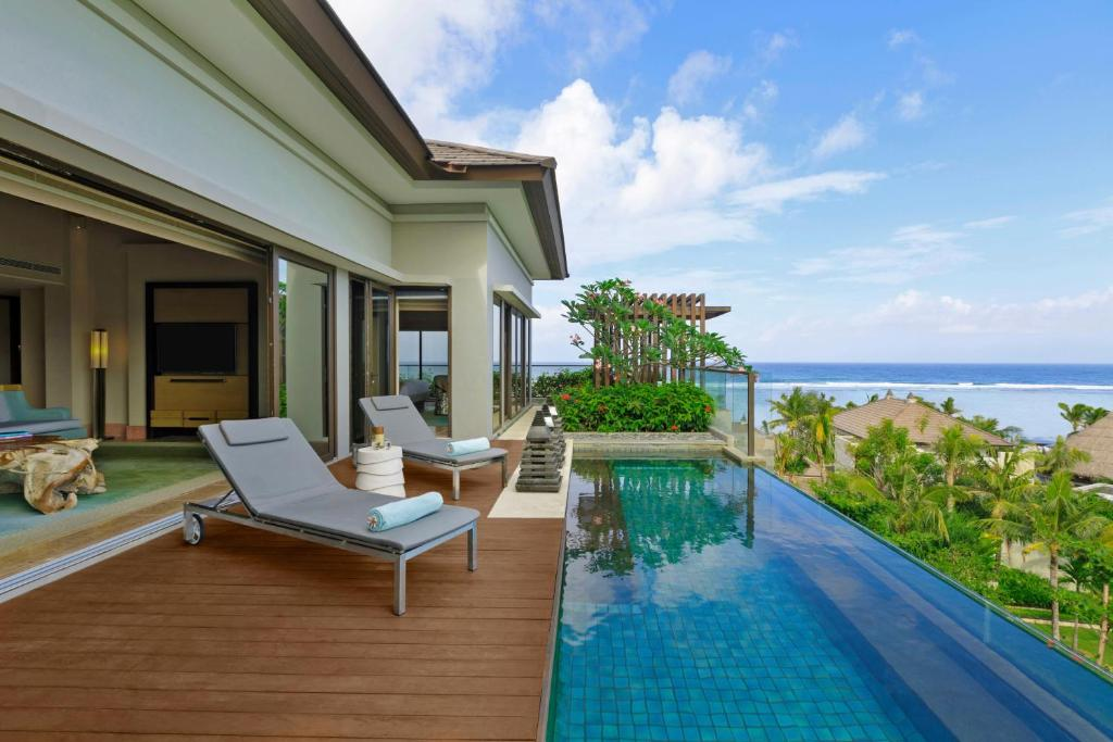 Басейн в The Ritz-Carlton Bali або поблизу