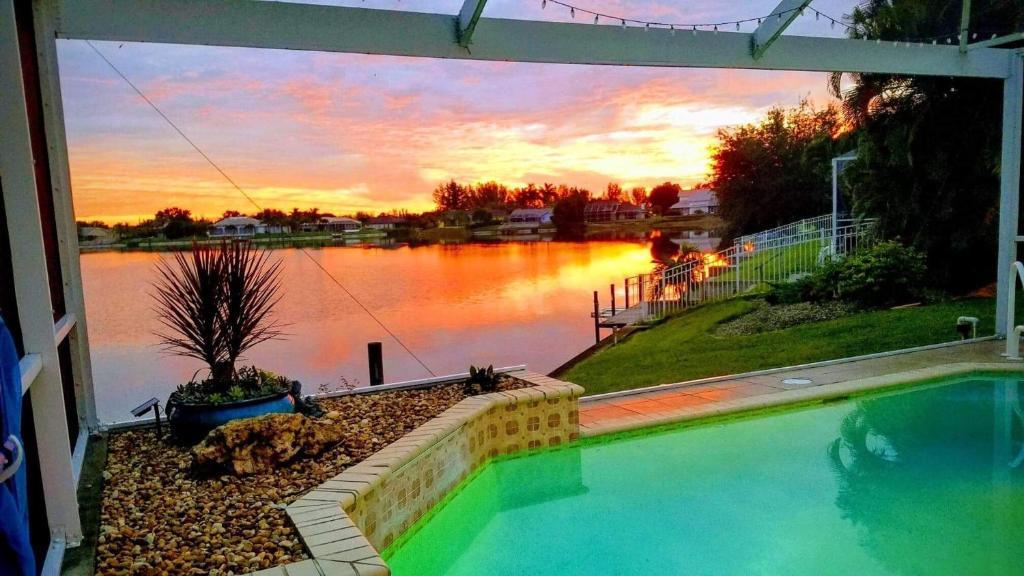 Der Swimmingpool an oder in der Nähe von Lake View Villa