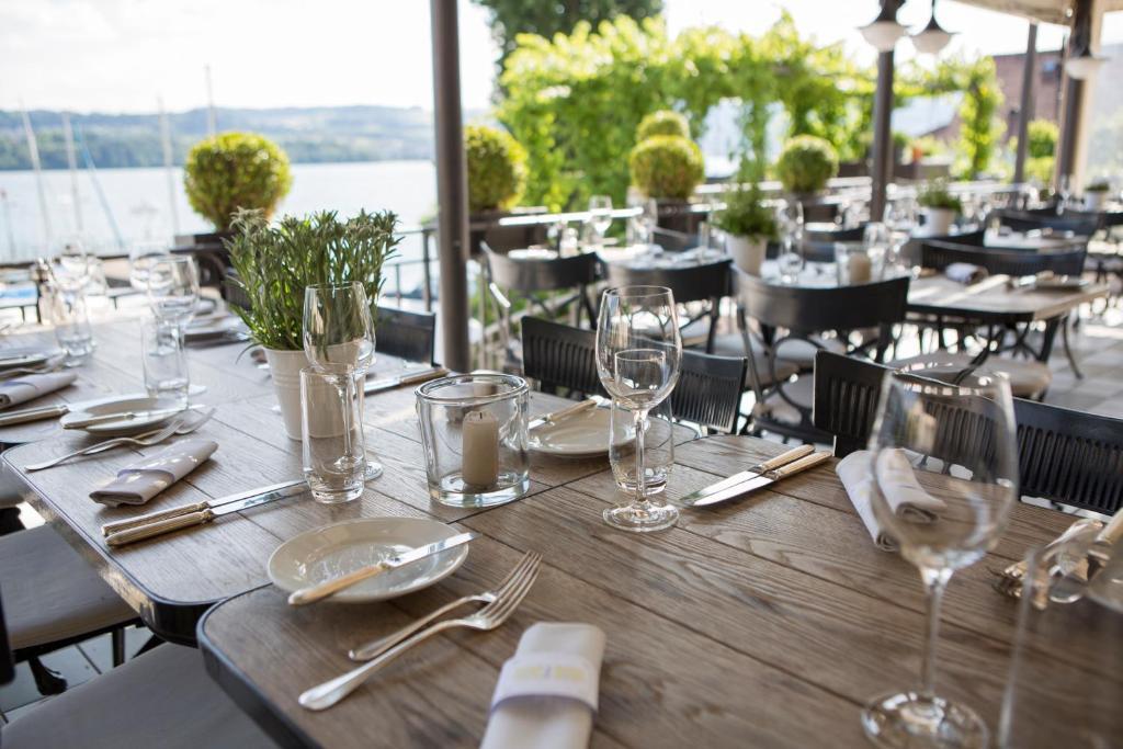 Ein Restaurant oder anderes Speiselokal in der Unterkunft Hotel Hirschen am See