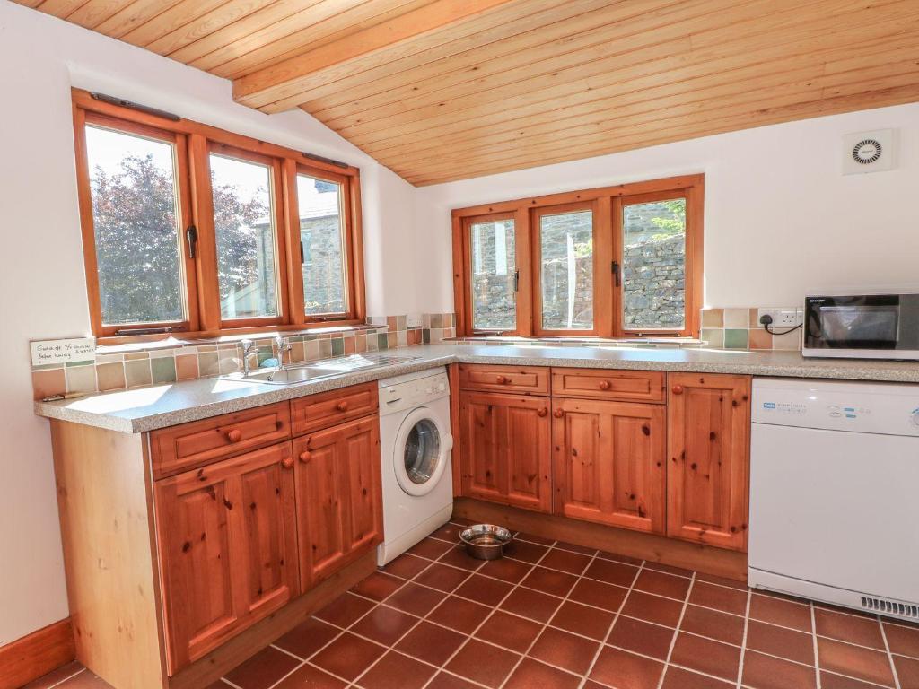 A kitchen or kitchenette at Hillside Cottage, Sedbergh
