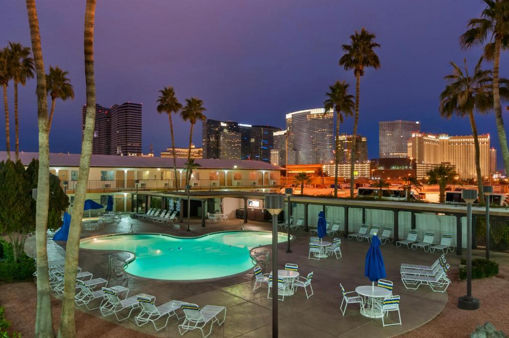 Vue sur la piscine de l'établissement Days Inn by Wyndham Las Vegas Wild Wild West Gambling Hall ou sur une piscine à proximité