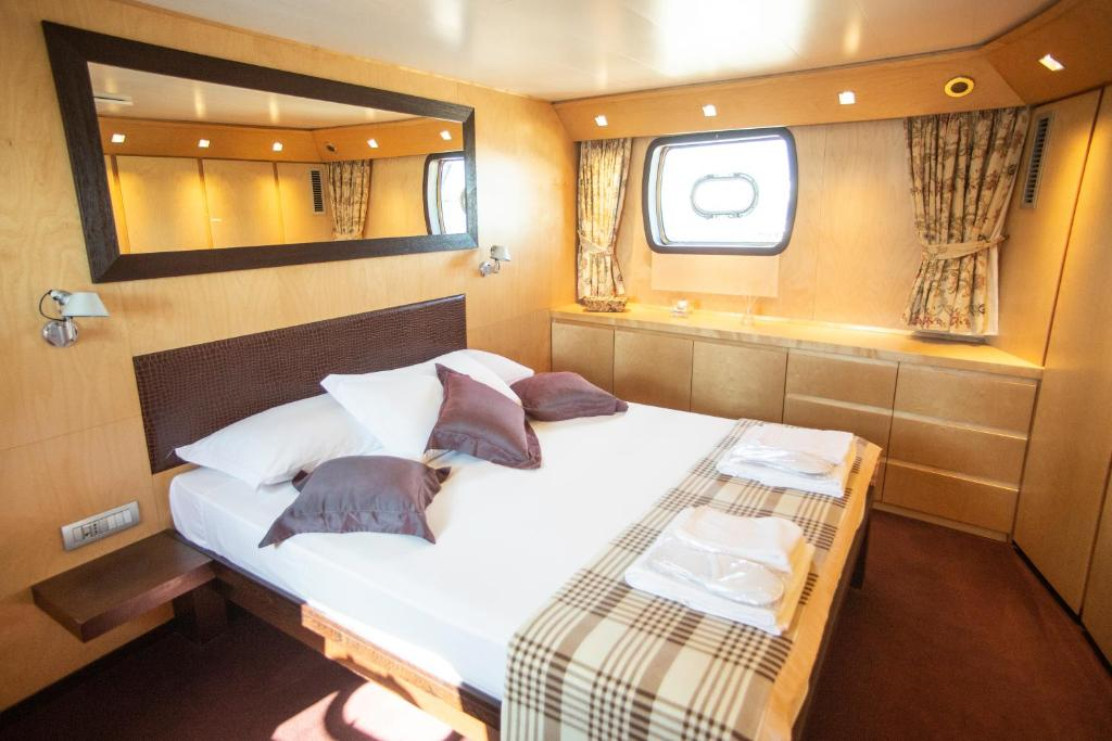Un ou plusieurs lits dans un hébergement de l'établissement Yacht Bert Venezia