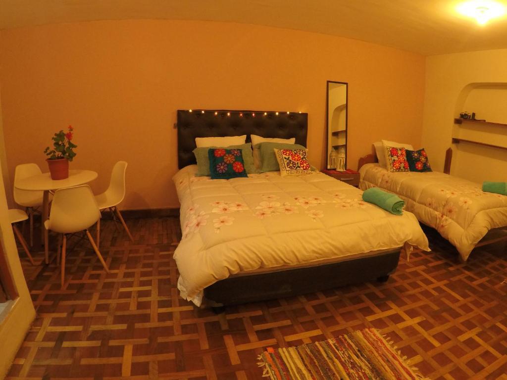 Cama o camas de una habitación en KARMAWASI FAMILIAR HOUSE , NEXT TO SAN BLAS MARKET!!