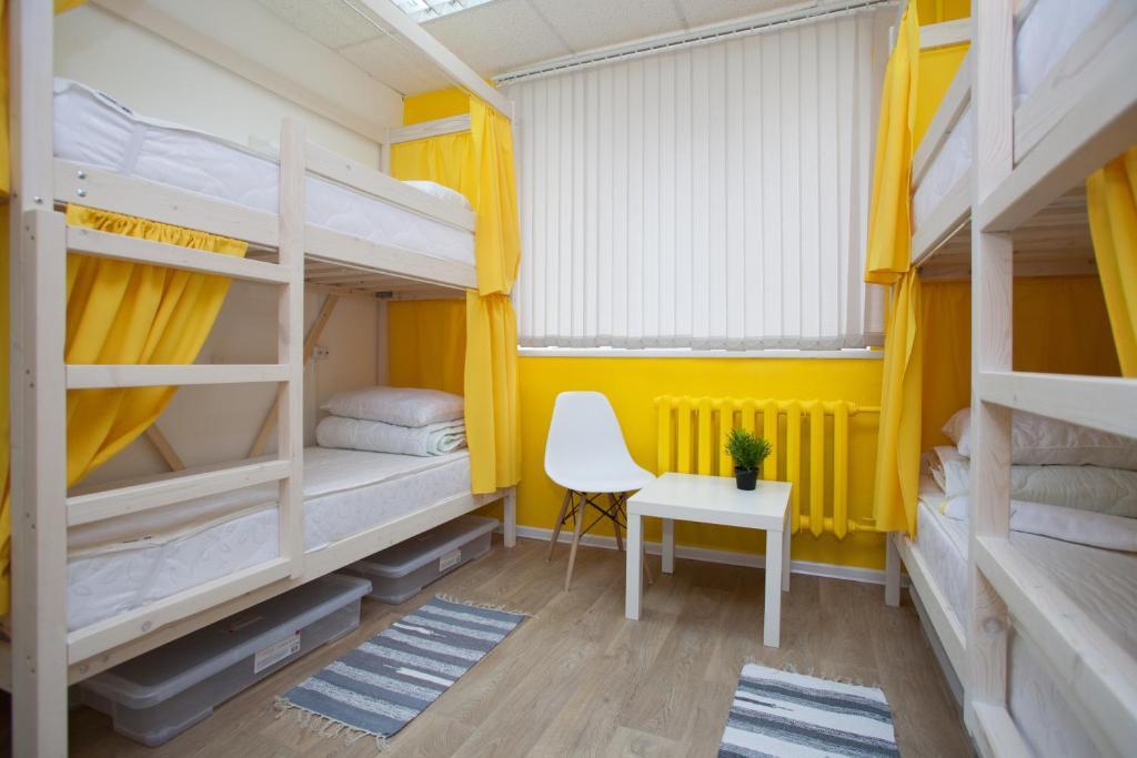Двухъярусная кровать или двухъярусные кровати в номере ХостелыРус-Пермь