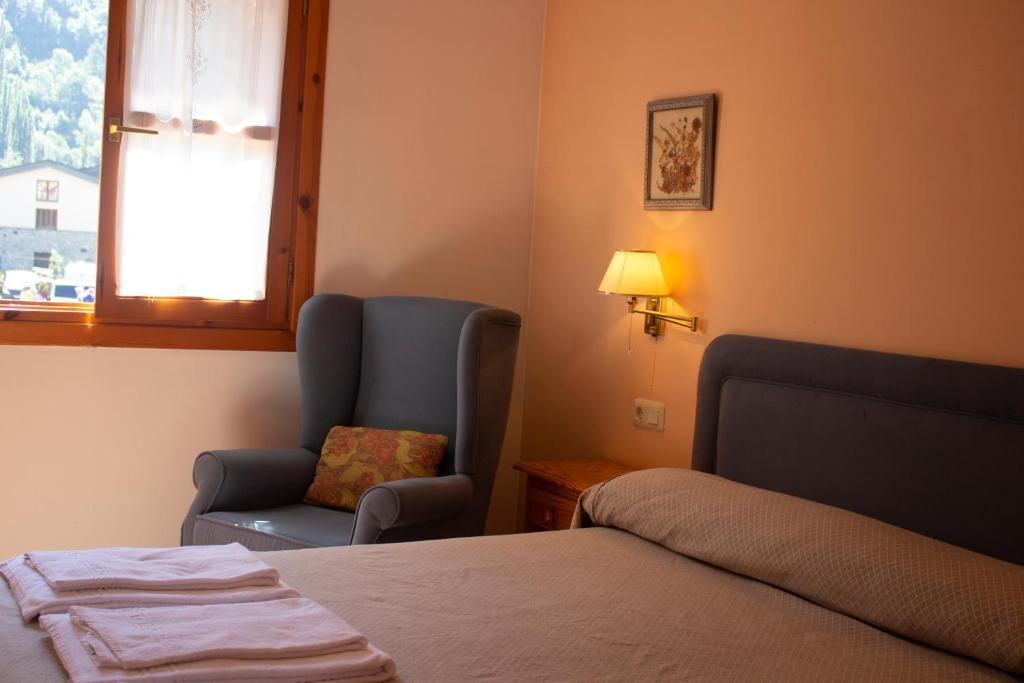 A bed or beds in a room at Apartamentos Ball Benas Benasque