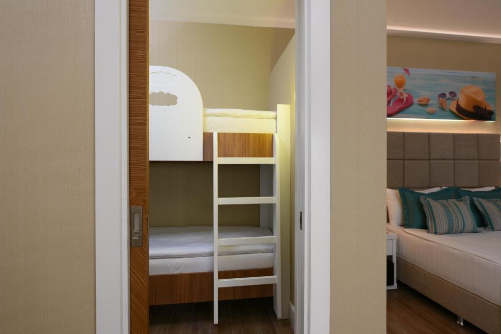 Двухъярусная кровать или двухъярусные кровати в номере Asia Beach Resort & Spa Hotel