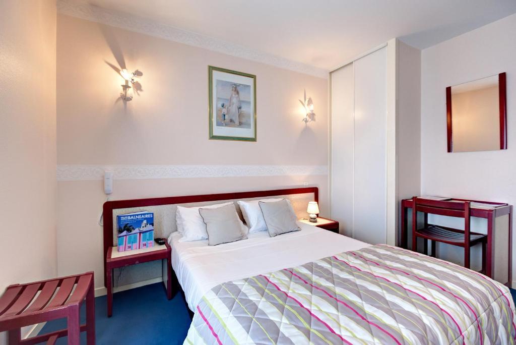 Ein Bett oder Betten in einem Zimmer der Unterkunft Hôtel D'Angleterre
