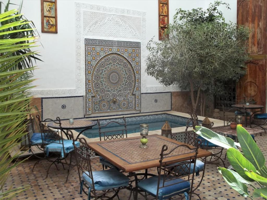 The lounge or bar area at Riad Attarine