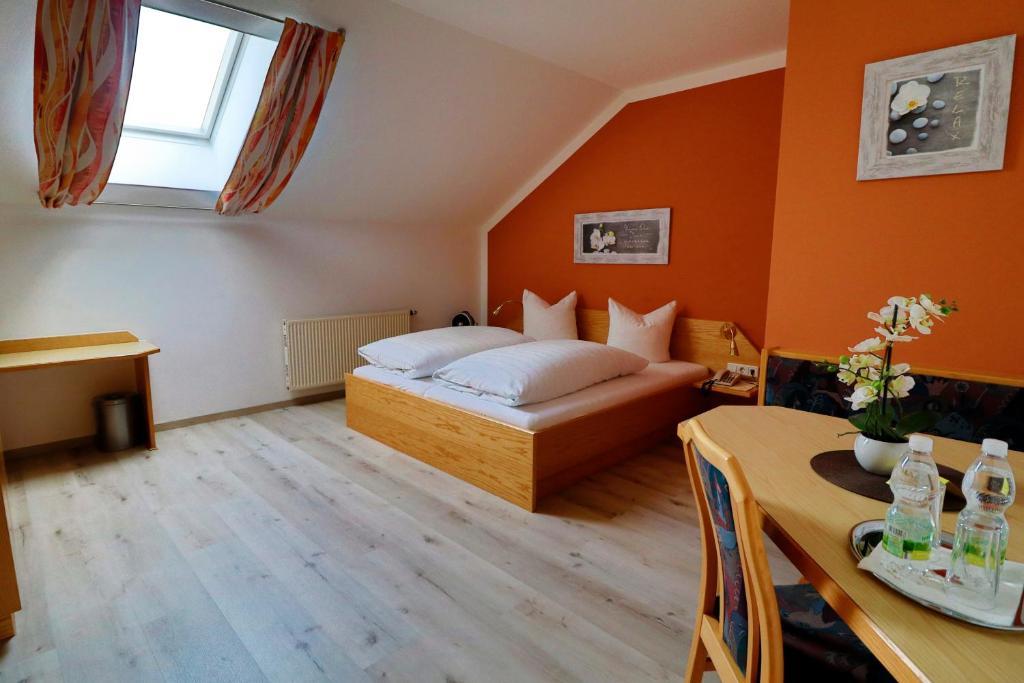 Ein Bett oder Betten in einem Zimmer der Unterkunft Gasthof Huber