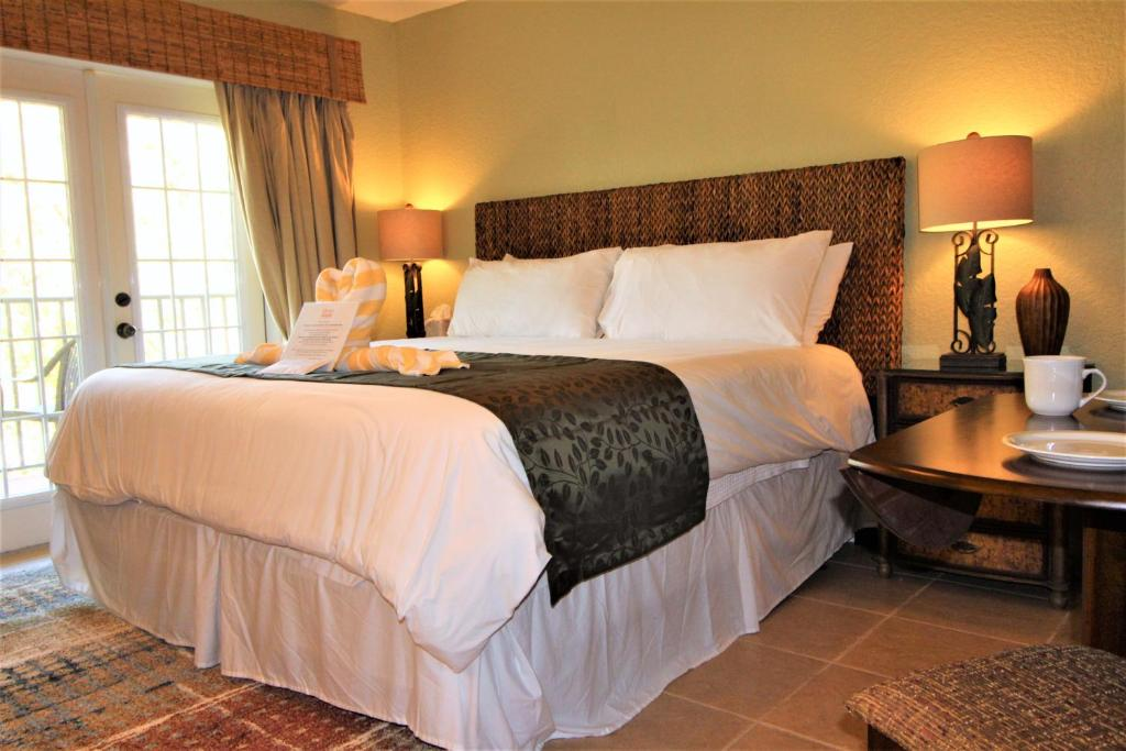 A bed or beds in a room at Beso Del Sol #409 One-bedroom Apartment