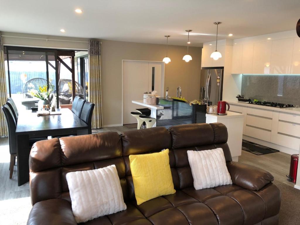 Uma área de estar em Platinum Guest Accommodation