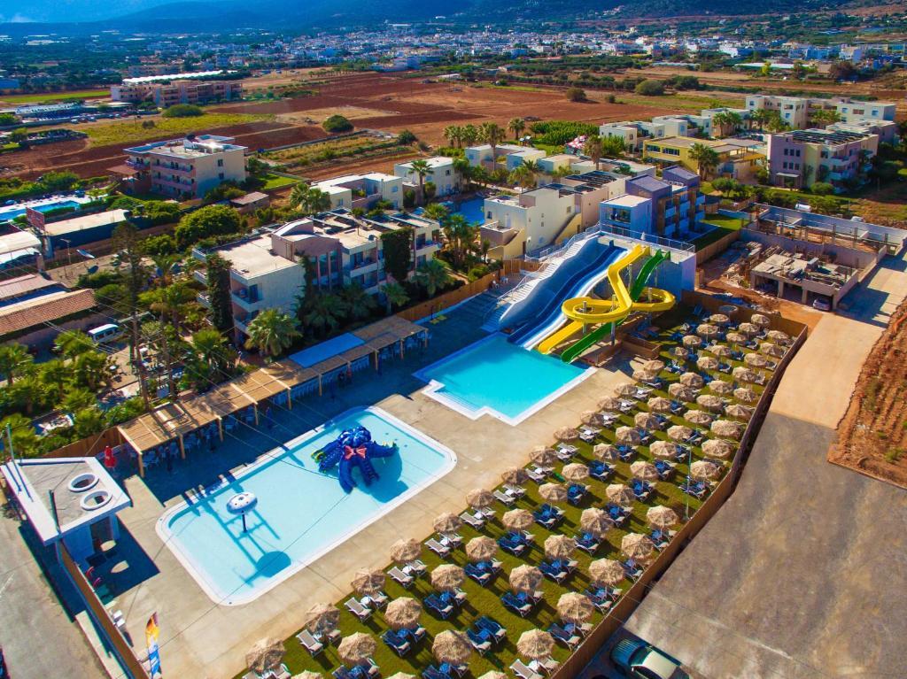 Uitzicht op het zwembad bij Meropi Hotel & Apartments of in de buurt