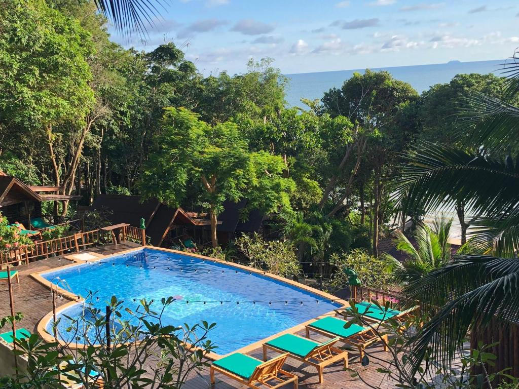 A view of the pool at Koh Jum Ocean Beach Resort or nearby